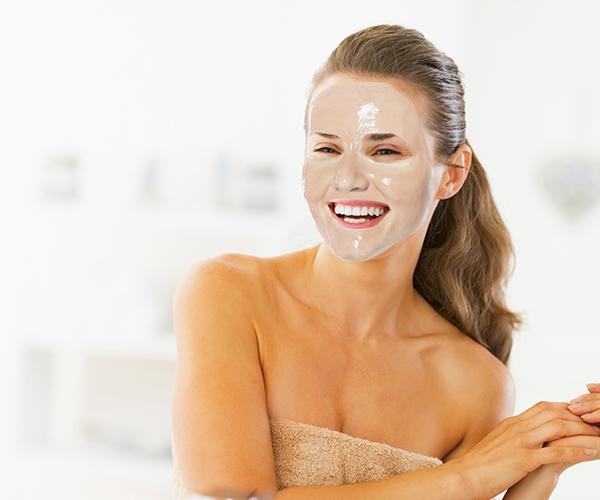 mujer con mascarilla facial