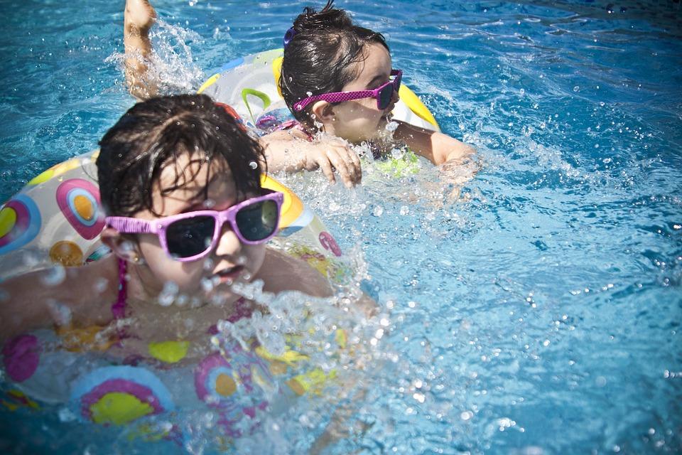 5 juegos para jugar con los niños en la piscina