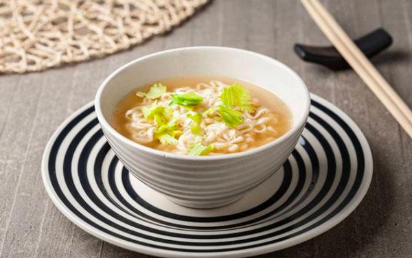 Noodles al curry con sopa miso