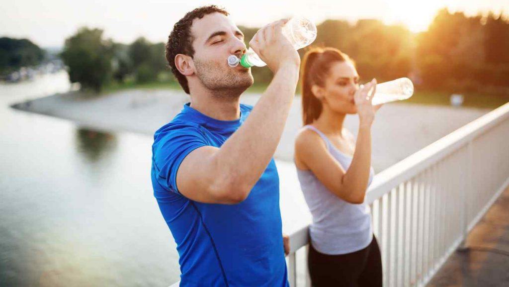 pareja bebiendo agua piel hidratada