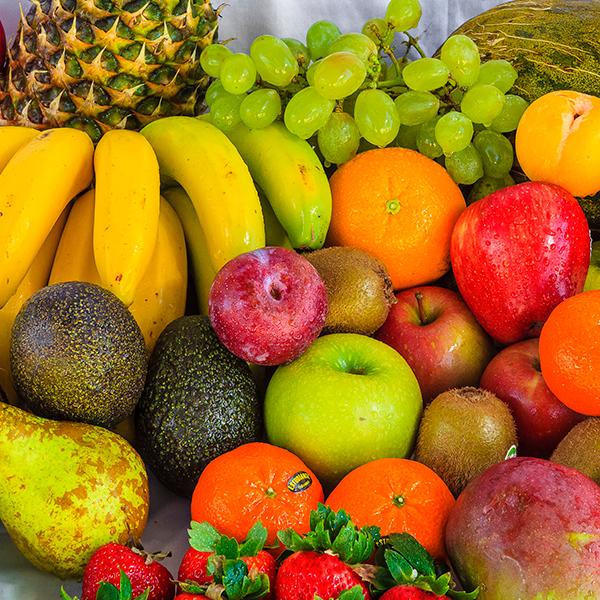 Piezas de fruta (piña, plátano, pera, manzana, naranjas, uvas, kiwi, etc.
