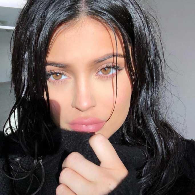 Kylie Jenner y su melena gothic black.