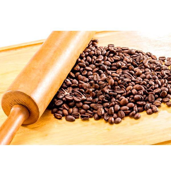 Moler granos de café con rodillo de amasar.
