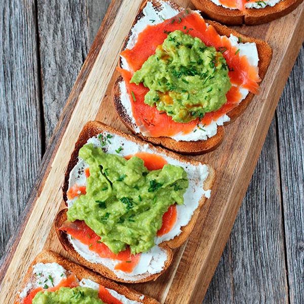Tostas de aguacate con salmón ahumado y queso