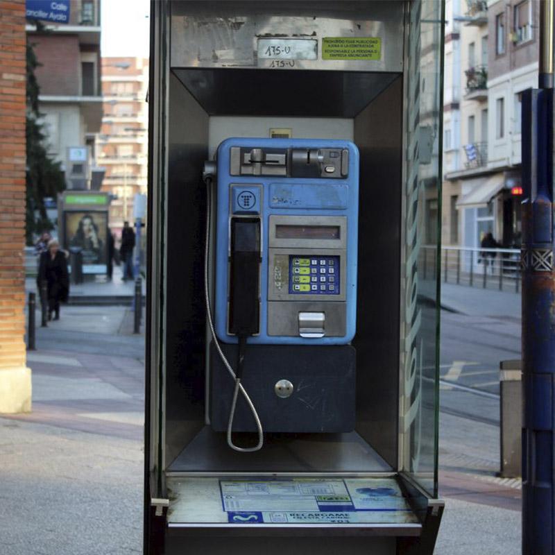 Imagen de una cabina telefónica ubicada en la calle. Foto de GasteizHoy