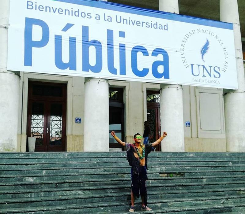 Christian Amarilla celebrando su graduación en la Universidad