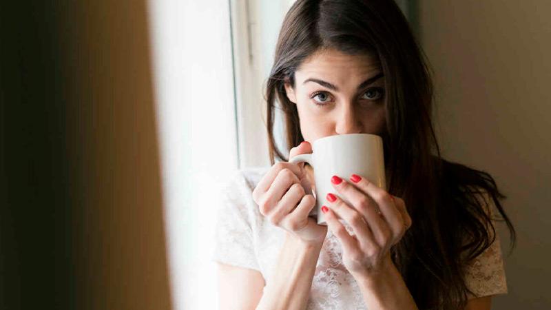 Mujer tomando un café. Foto de Getty Images / Telemundo