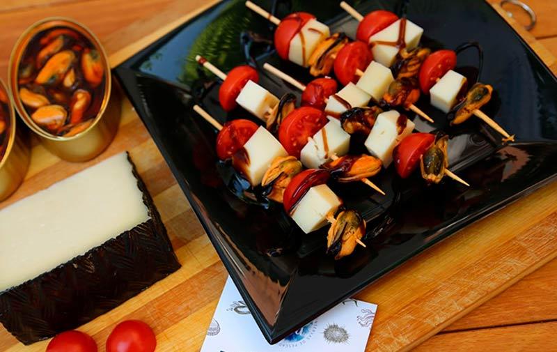 Receta de brocheta de mejillones con queso manchego y tomate cherry. Foto de @alvientoo