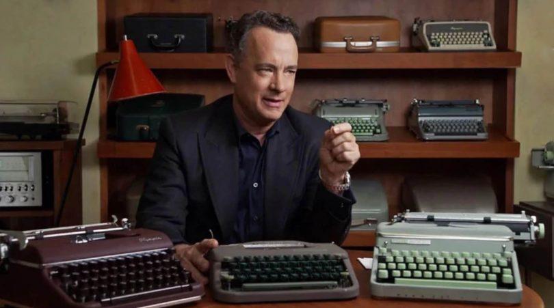 Tom Hanks con máquinas de escribir - foto de @infobae