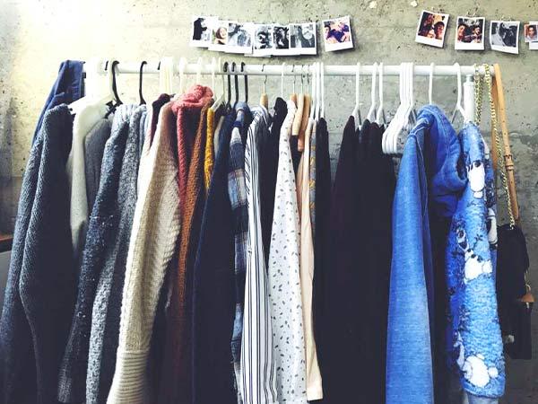 Prendas de abrigo imprescindibles colgadas en un perchero de ropa.