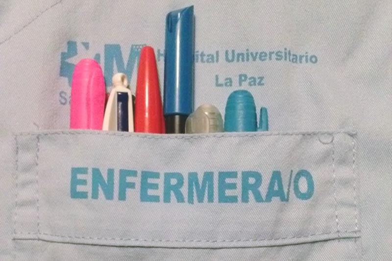 El bolsillo de una bata de enfermero/a del Hospital Universitario La Paz.