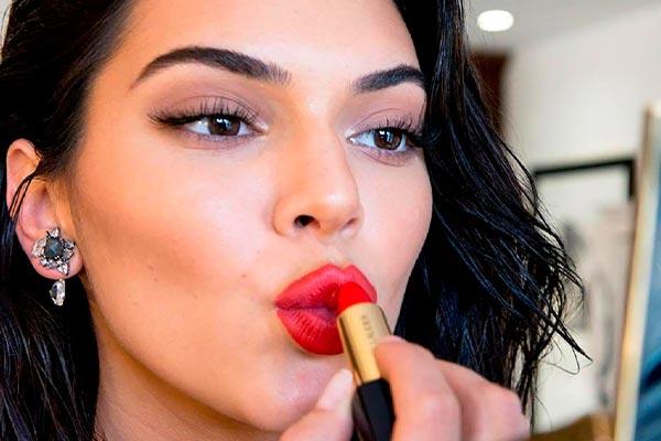 Kendall Jenner labios rojos en la MET Gala