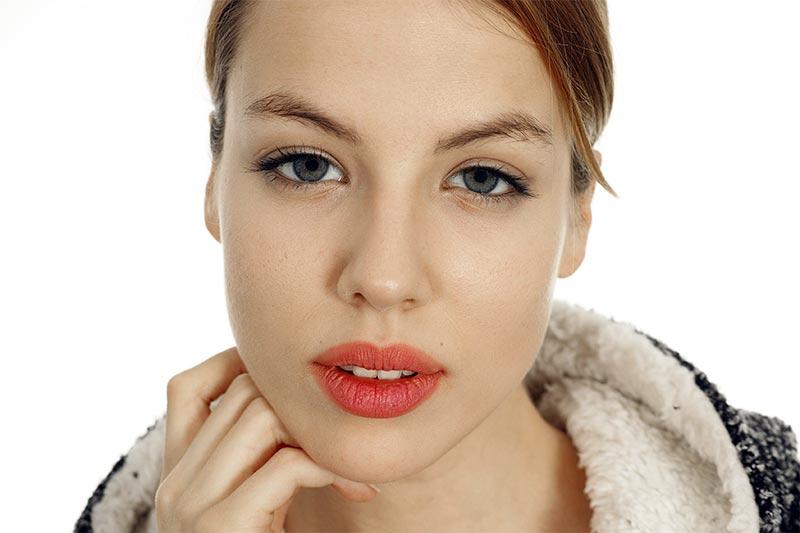 Foto de una chica con maquillaje natural. Imagen de Pexels.