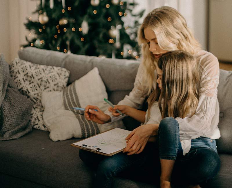 Madre e hija realizan un dibujo de Navidad. Foto de Pexels.