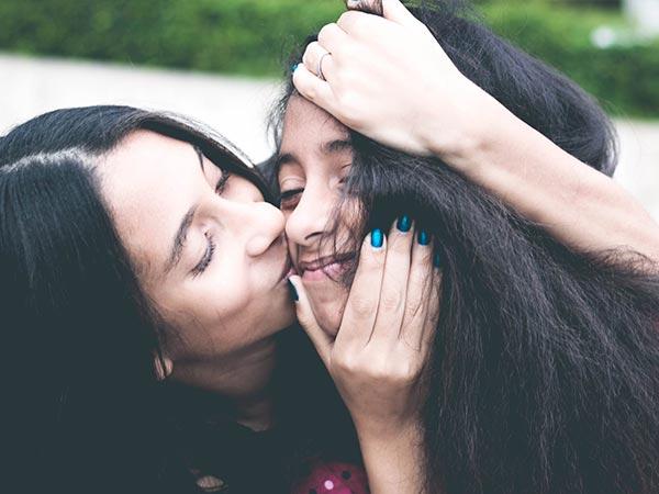 Beso de madre e hija. Foto de Pexels.