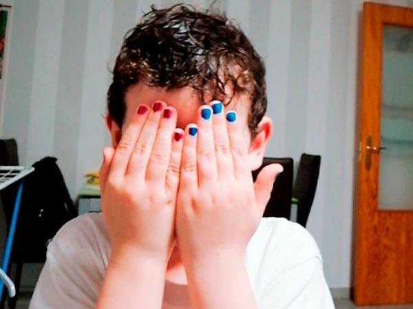La imagen que @megachix compartió de las uñas pintadas de su hijo Jon