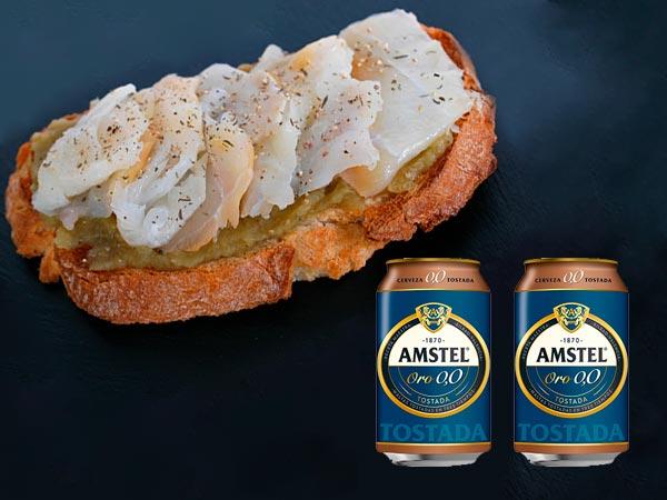 Tosta de paté de berenjena con bacalao acompañada de una cerveza Amstel ORO 0,0