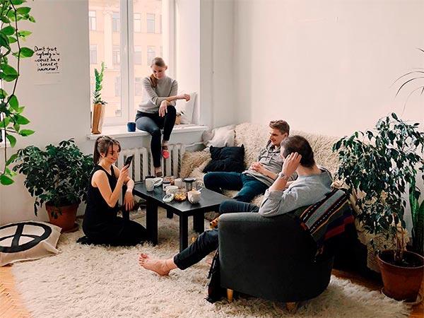 Gente disfrutando del confinamiento en casa.