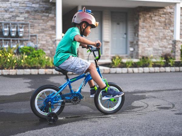 nino montando en bici al salir a la calle