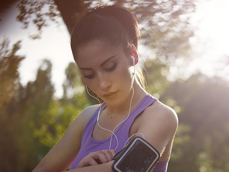 Mujer preparándose para salir a correr en las franjas horarias determinadas.