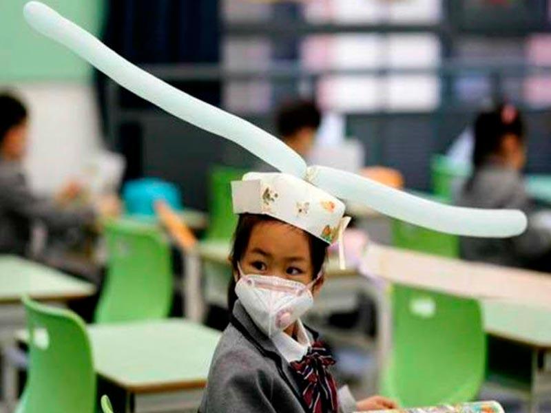 Estos sombreros de metro y medio han causado sensación en la vuelta al colegio de los niños en China.