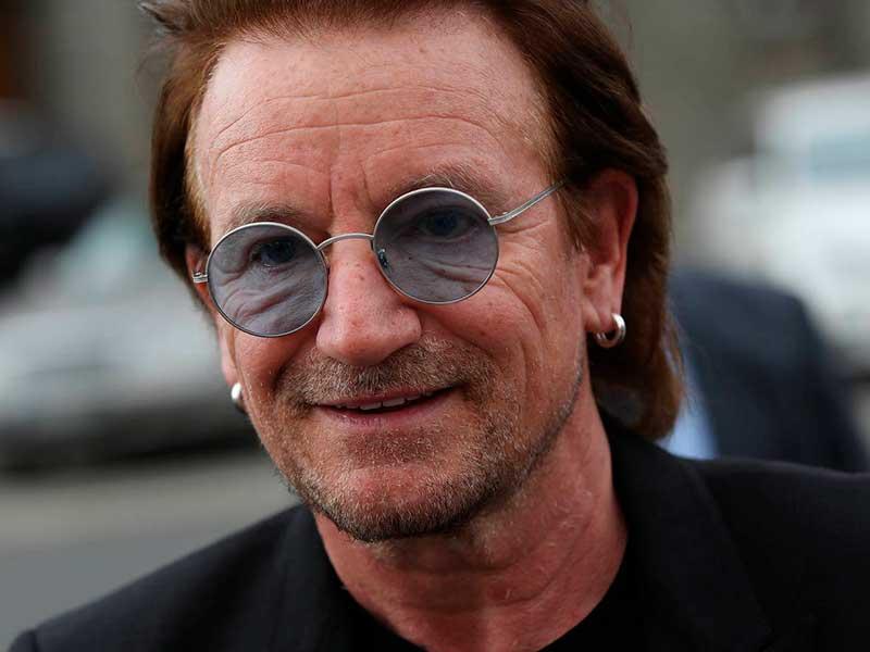 El cantante Bono de U2 posando con gafas de sol.