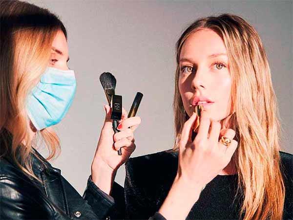 Alex Saint maquillando a la actriz Ester Expósito. Foto de Instagram.