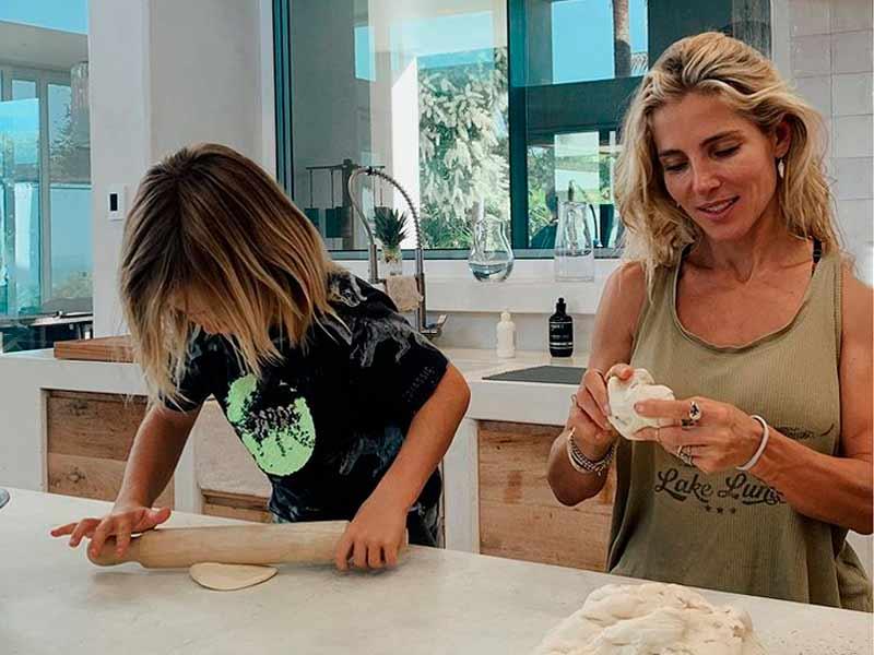 Elsa Pataky en su casa haciendo pan junto a sus hijos. Foto de Instagram.