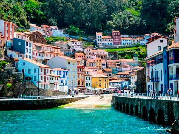 Una de las escapadas por España con más encanto es la localidad asturiana de Cudillero.