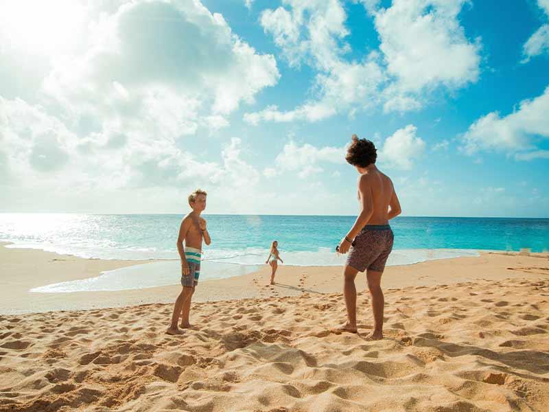 Gente manteniendo distancia de seguridad en la playa para evitar contagios.