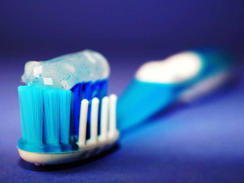 Cepillo de dientes con pasta.