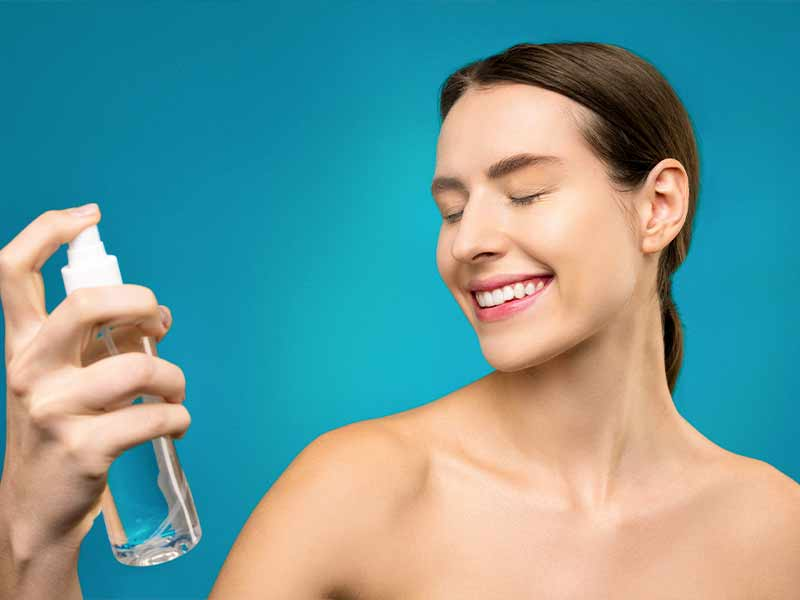Mujer hidratándose el rostro antes de maquillarse.