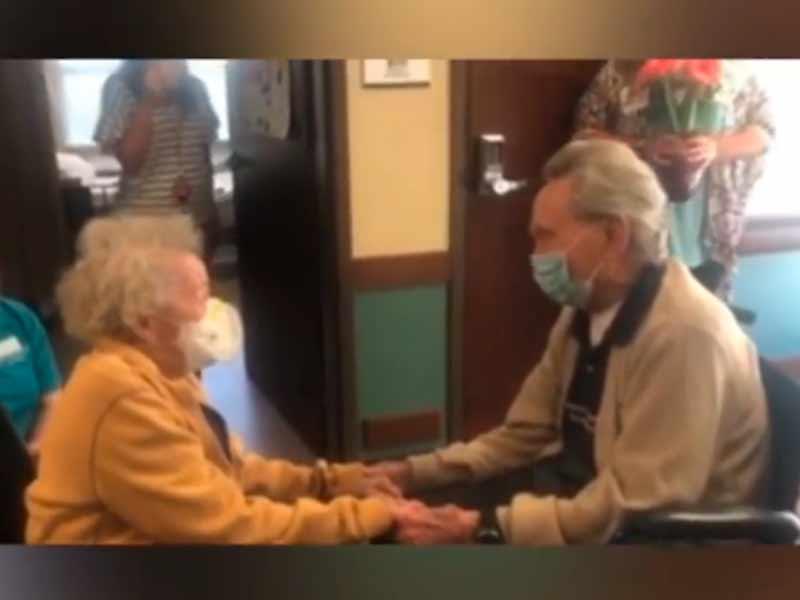 Imagen del emotivo reencuentro de la pareja de 90 años tras superar ella el coronavirus.