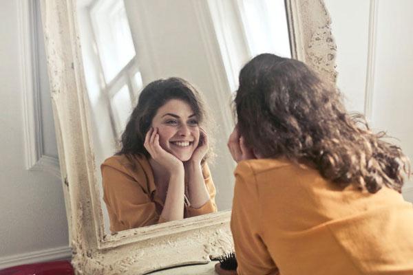 Dientes-blancos-habitos-para-cuidar-la-salud-bucodental-mujer sonriente