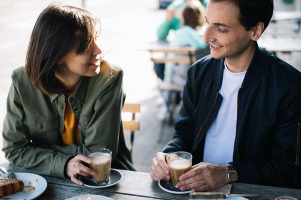 Dientes-blancos-habitos-para-cuidar-la-salud-bucodental-tomando-cafe