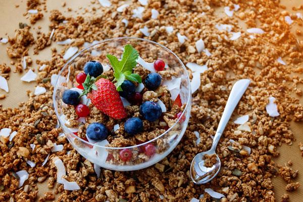 desayunos con granola y fruta