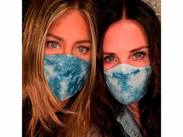 Jennifer Aniston y Courteney Cox llevando mascarilla
