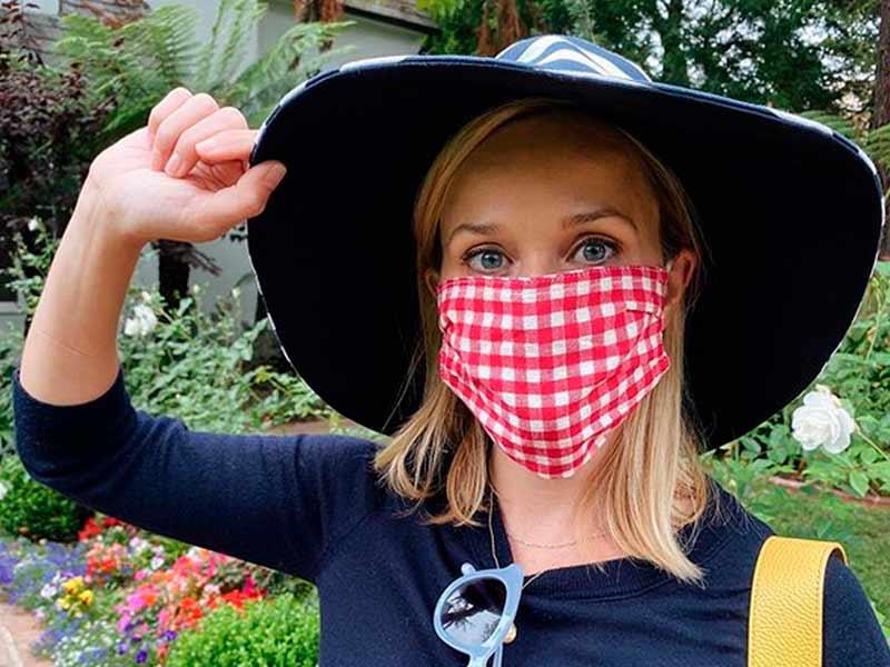 Reese Whiterspoon promoviendo el uso de la mascarilla desde su casa.