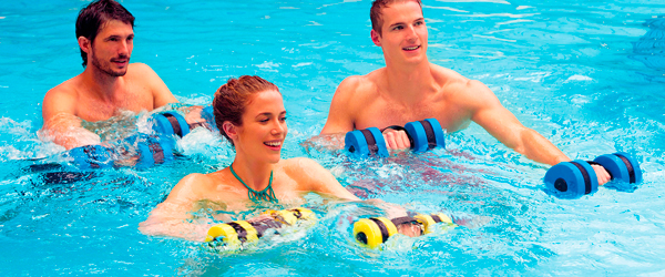 chico y chicas practicando aquafitness