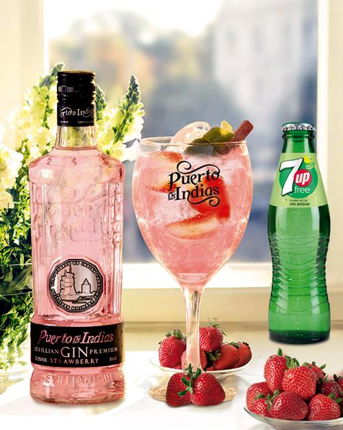 cóctel con ginebra Puerto de Indias Strawberry y 7Up