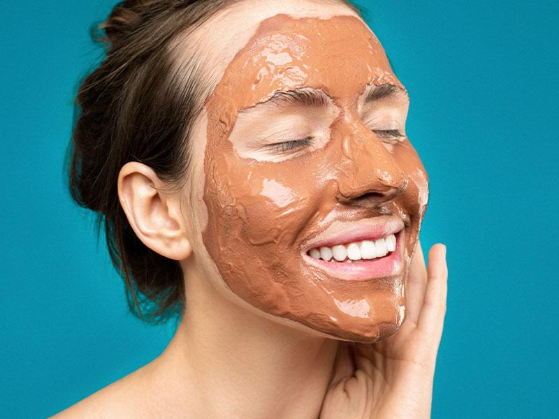 Las mascarilla de lodo es uno de los pasos básicos en la rutina de belleza detox de otoño.