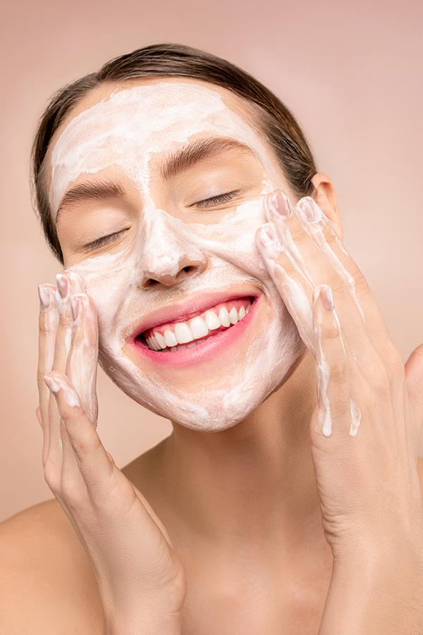 piel y mascarilla: mujer lavándose la cara