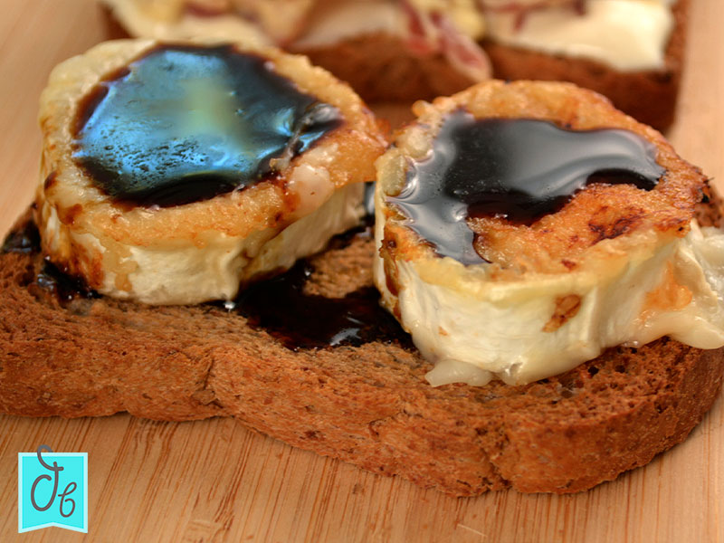 Tosta de queso de cabra con un toque dulce sin cebolla caramelizada