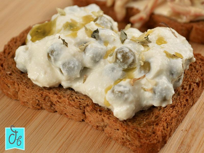 Tosta de queso ricotta vegetal y guisantes Bonduelle