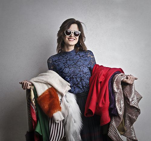 mujer con ropa para reutilizar