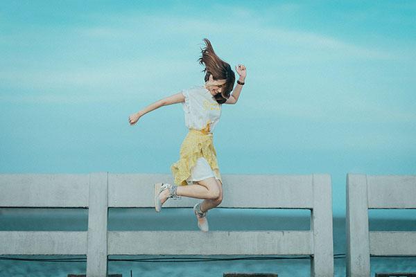 Mujer feliz saltando