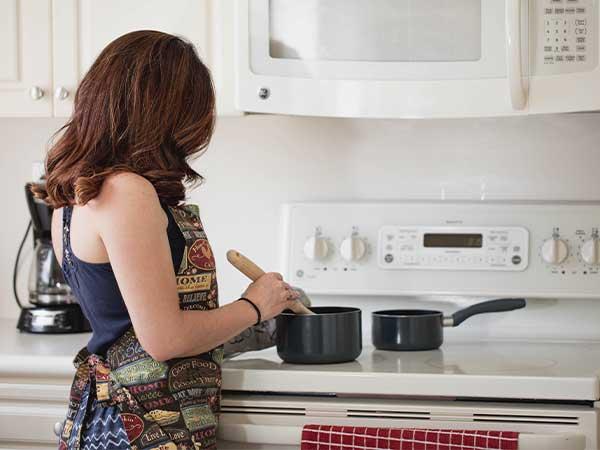 Cocinando platos de cuchara para la ola de frío