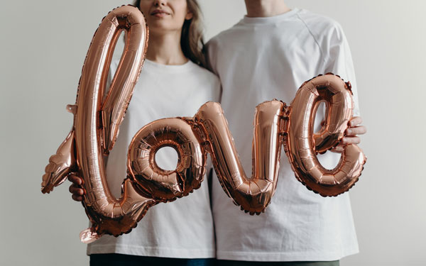 Pareja de novios planes Van Valentín 2021