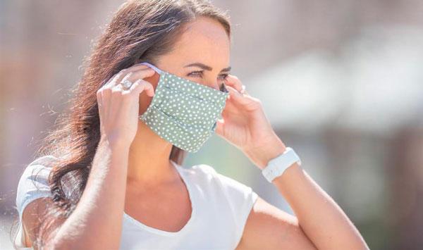 mujer con mascarilla de tela