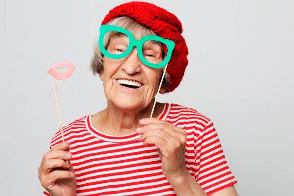 abuela posando feliz